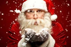 Санта-Клаус начал колесить по миру, чтобы раздать подарки