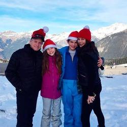 Майкл Дуглас с семьей проводит время в Альпах