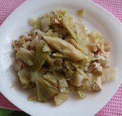 Тушеная капуста с куриной грудкой (диетичное блюдо)