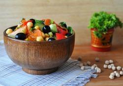 Тёплый салат с нутом и овощами