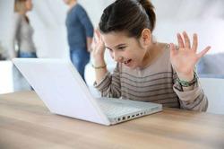 Родители следят за детьми через интернет