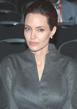 Елизавета II присвоила Анджелине Джоли рыцарский титул