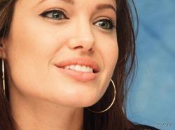 Джоли готовят к новой операции
