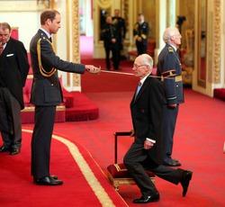 Принц Уильям наградил врача, который помогал Кейт Миддлтон при родах