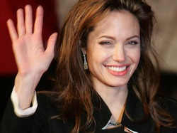 Анджелина Джоли пожертвовала Красному Кресту 50 000 долларов