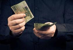 Ученые доказали, что деньги портят людей