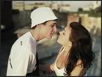 Поцелуй был как лето. Он медлил и медлил, Лишь потом разражалась гроза.
