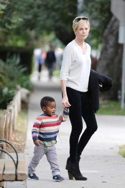 Шарлиз Терон заподозрили в жестоком обращении с усыновленным ребенком