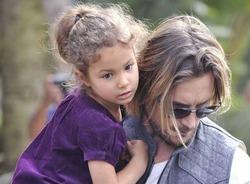 Суд запретил красить волосы дочери Холли Берри