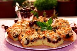 Нежный вишневый пирог с миндальным топпингом