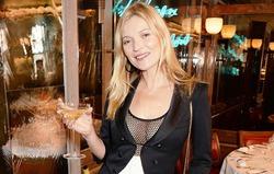 Кейт Мосс пьёт шампанское из собственной груди