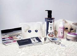 Кошка Карла Лагерфельда представила свою коллекцию косметики