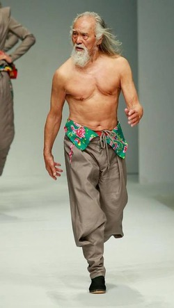 В Китае в Неделе моды принял участие 79-летний дед