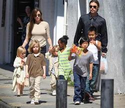 Аджелина Джоли и Брэд Питт усыновят седьмого ребенка
