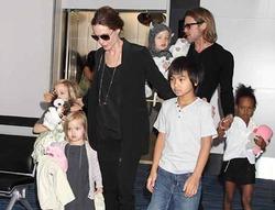 Джоли заявила, что пока никого  не удочеряет