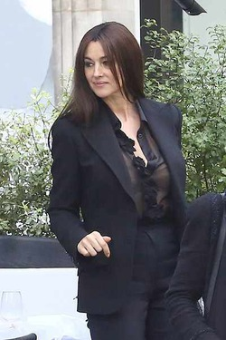 Моника Беллуччи удивила прозрачной блузкой без бюстгальтера