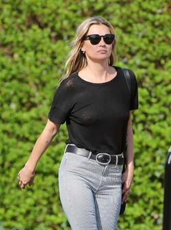 Кейт Мосс не стесняется разгуливать без нижнего белья (фото)