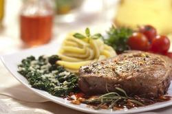 Вот это аппетит! Американка за 20 минут съела шесть килограммов мяса с гарниром
