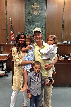 Супруга Мэттью Макконахи стала законной гражданкой США