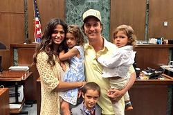 Никакого блата: жена Мэттью МакКонахи только что получила гражданство США