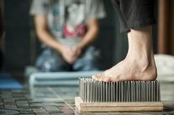 Жители Ленобласти поставили рекорд по стоянию голыми ногами на гвоздях