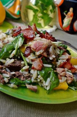 Рисовый салат с тунцом и соусом песто
