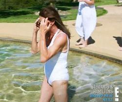 Белый купальник, Кейтлин Дженнер и мужские гениталии – всё в новой фотосессии отца Ким Кардашян
