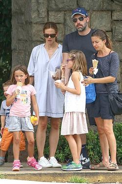 Бен Аффлек отпраздновал день рождения с Дженнифер Гарнер и детьми