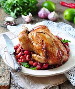 Запеченный цыпленок с кизилом, розмарином и чесноком