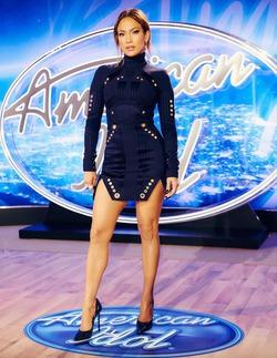 Дженнифер Лопес выбирает все более короткие платья