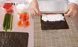Японские хирурги на экзамене готовят суши