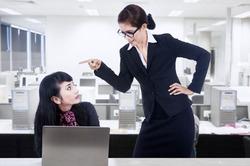 Ученые посоветовали сидеть подальше от злого начальника