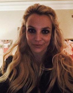 Бритни Спирс похвасталась длинными волосами