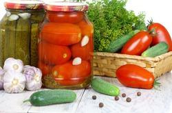 Ученые объявили полезными консервированные фрукты и овощи