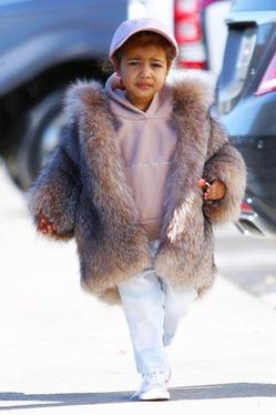 Ким Кардяшан купила 2-летней дочке шубу за $3,500