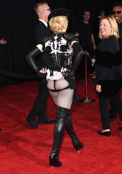 Мадонна носит пуш-ап для ягодиц