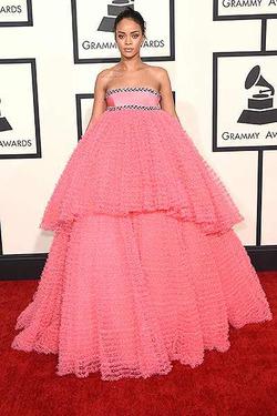 Платье Рианны заняло три места в зале
