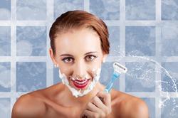 Косметологи советуют женщинам брить лицо