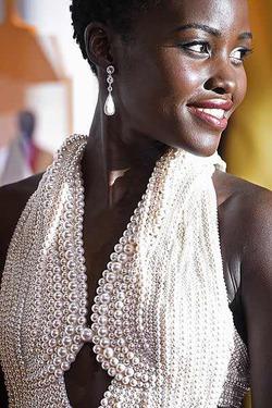 Украдено жемчужное платье Люпиты Нионго