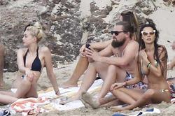 Ди Каприо улетел на острова с толпой моделей