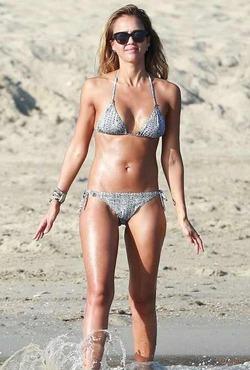 Актриса Джессика Альба разгуливает в купальнике