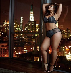 В рекламе нижнего белья снова снялась модель рlus-size