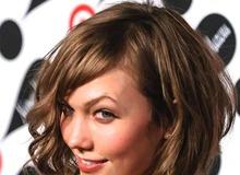 Модель Карли Клосс на красной дорожке фото