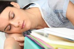 Недосыпание заставляет людей переедать