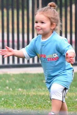 Дэвид Бекхэм учит 3-летнюю дочь футболу