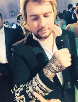 У Николая Баскова - бриллиантовая перчатка за 150 тысяч евро