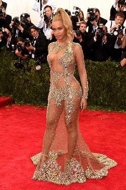 Каролина Эррера назвала «голые» платья «дурновкусием»