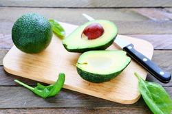 Здоровье сердца могут укрепить шпинат и авокадо