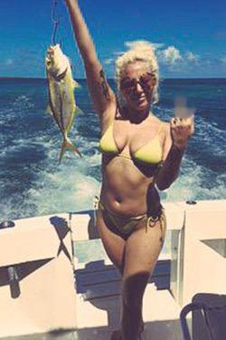Леди Гага ловит рыбу на Багамах