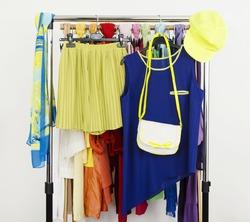 Одежда белого и жёлтого цветов опасна для ношения в жару!